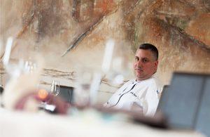 Christophe Dupouy chef étoilé cuisine l'huître Ostra Regal dans son restaurant